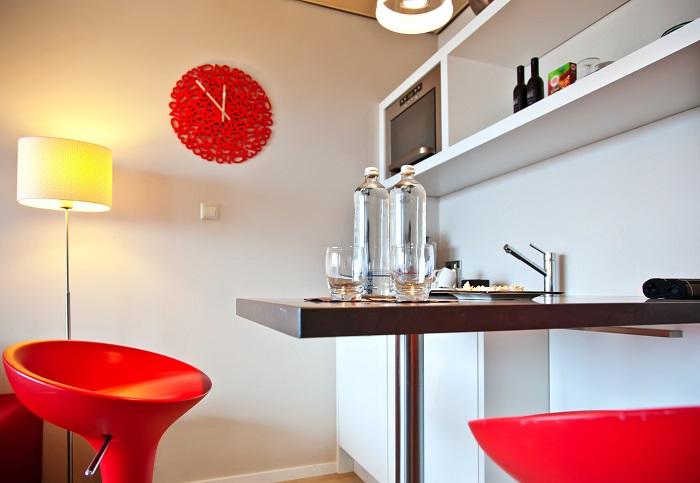 Červené umelohmotné hodiny v kuchyni