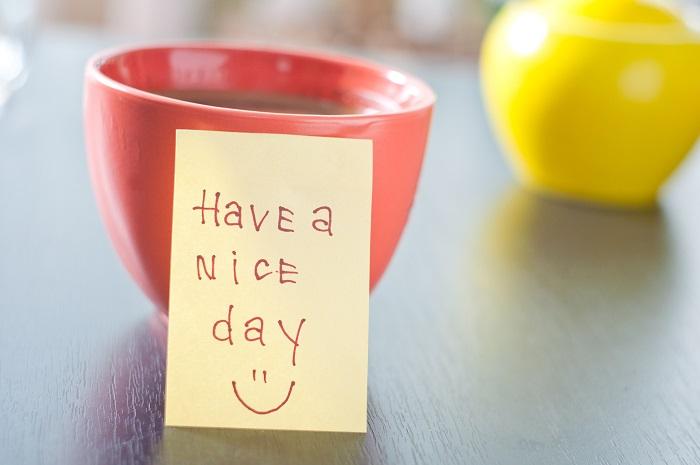 Hrnček s lepiacim papierikom s nápisom Have a nice day