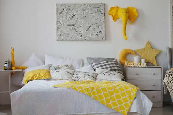 Spálňa ladená do žltej a bielej farby