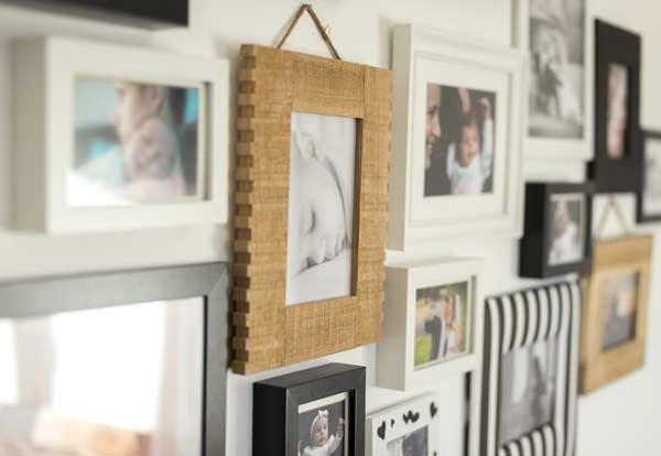 Rámiky s fotkami na stene