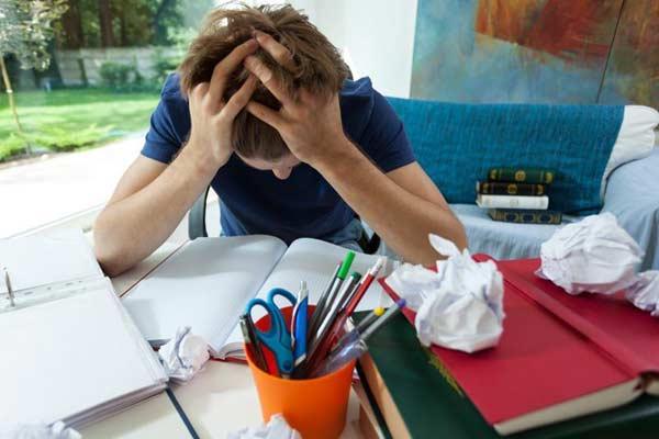 Nešťastný študent s hlavou v rukách