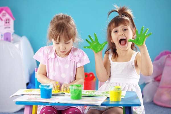 Deti maľujú rukami
