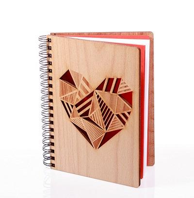 zápisník s dreveným obalom