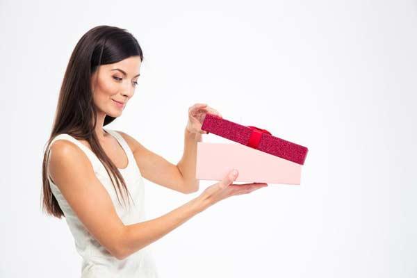 žena otvára darček