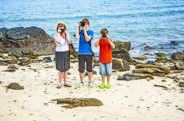 Fotografujúca rodina na pláži