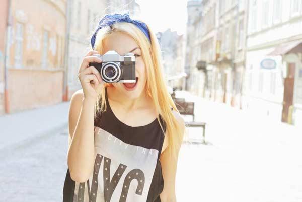 Dievča s fotoaparátom