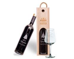 fľaša na víno, krabica na víno a pohár s gravírovaním