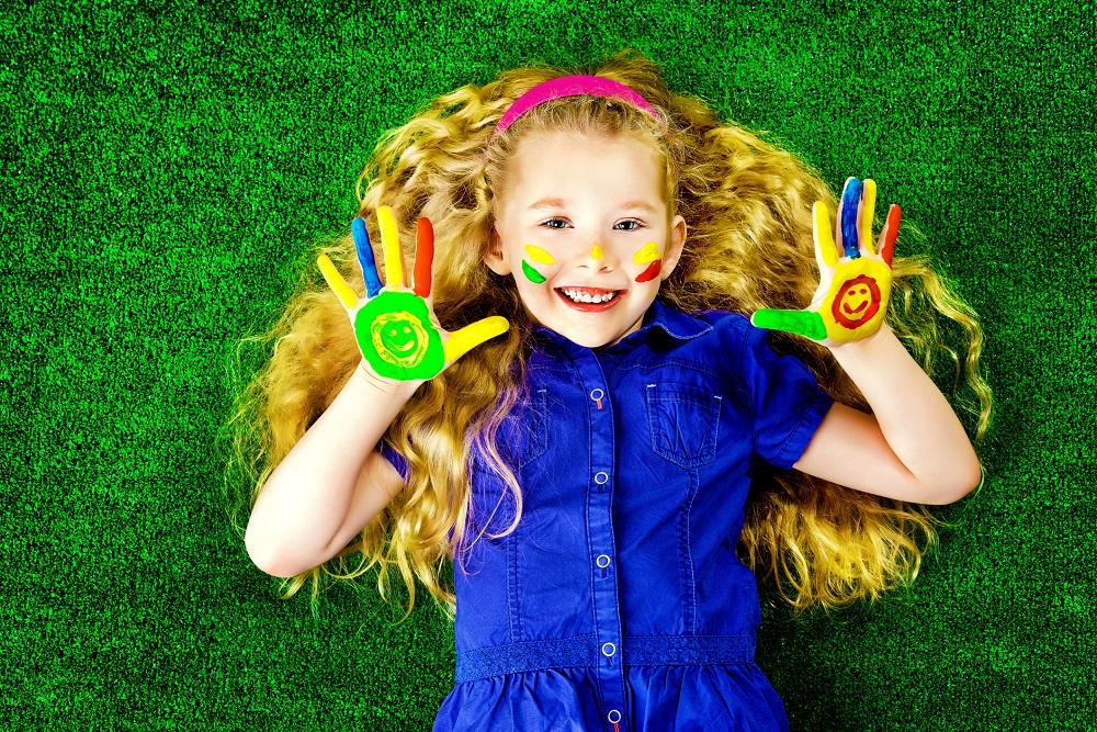 Pomaľované dievčatko s farebnými líčkami a rukami