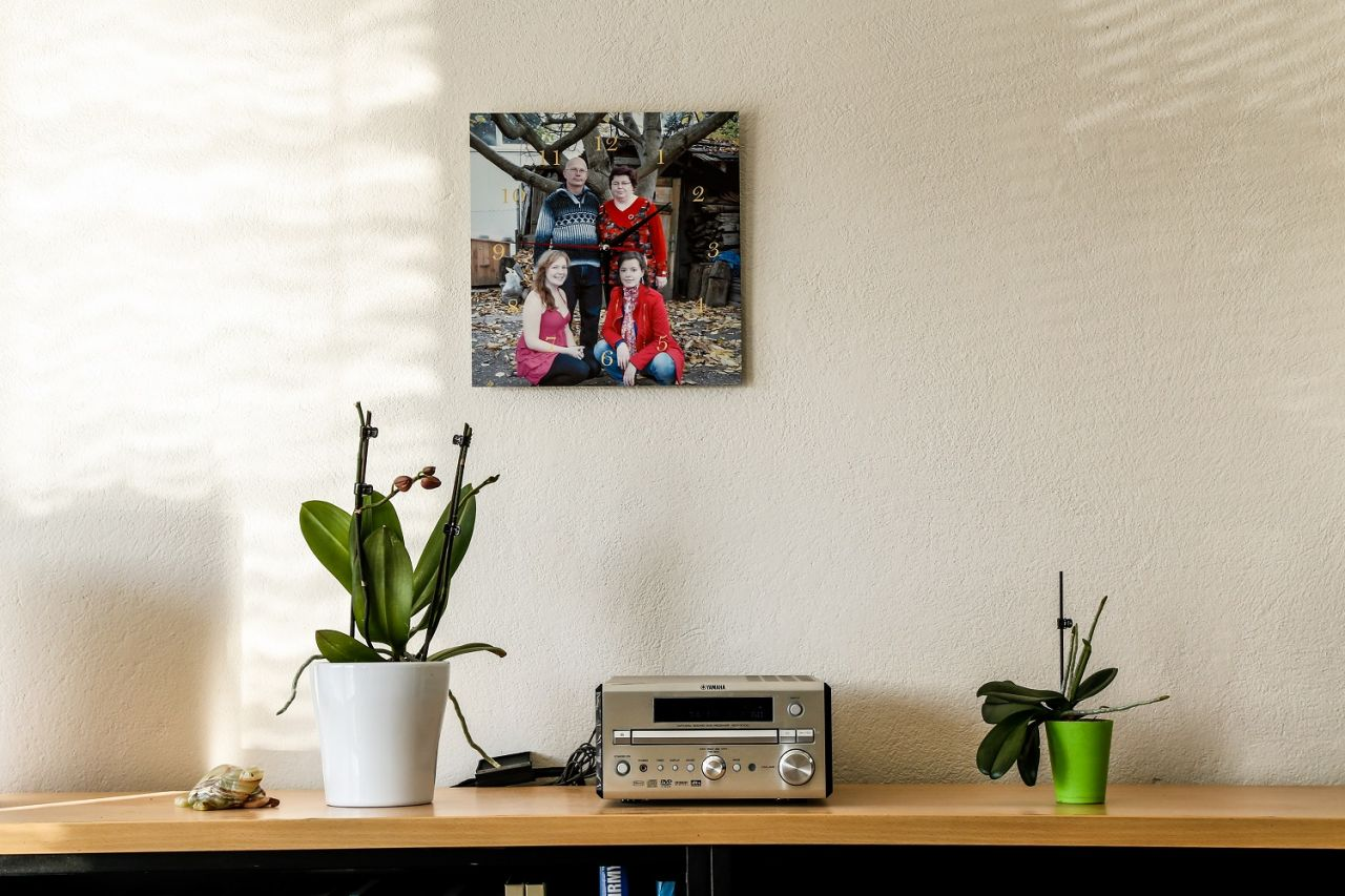 Fotohodiny FaxCOPY zavesené na stene