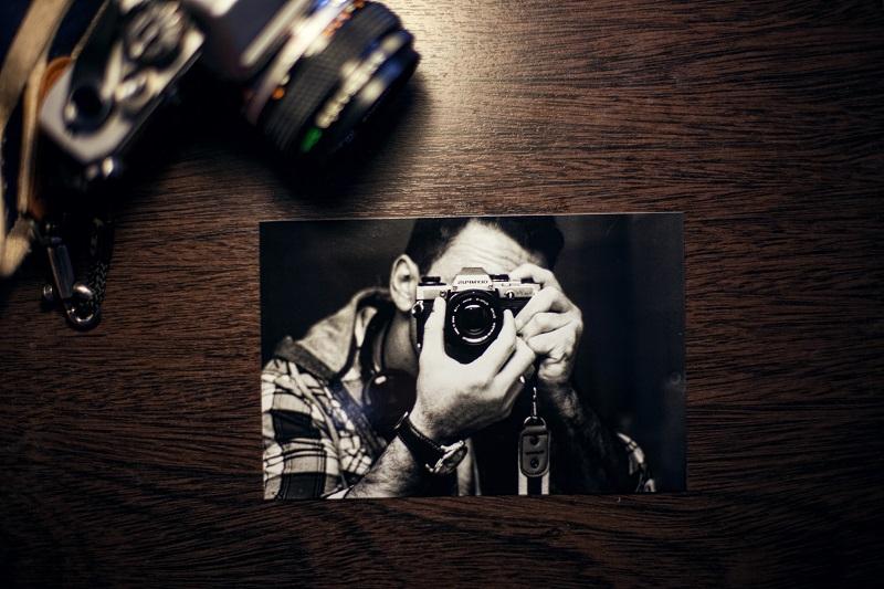 Fotografia fotografa položená na stole