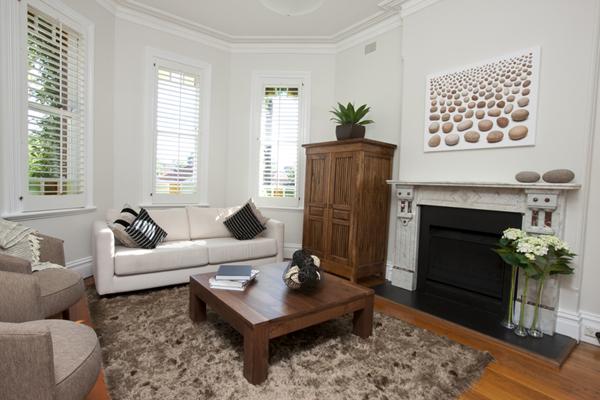 Obývačka v prírodných a hnedých farbách