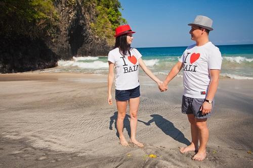 Pár s rovnakými tričkami I love Bali
