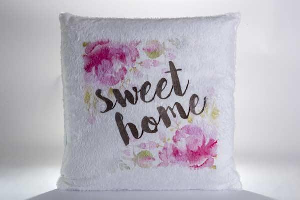 Chlpatý vankúš s nápisom sweet home