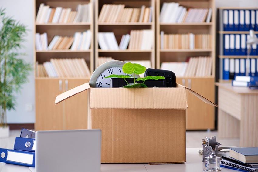 Kancelárske potreby poukladané na stole kancelárie