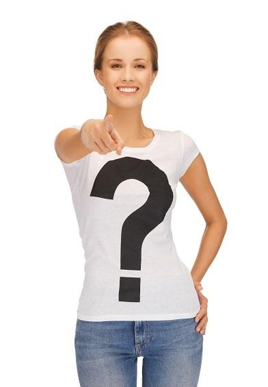 Žena v tričku s potiskem